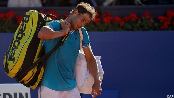 'Vua' Nadal lại thua trên sân đất nện - Ảnh 1.