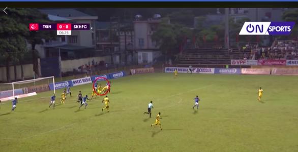 Quảng Ninh đá bại Khánh Hòa trong trận cầu bạo lực - Ảnh 1.