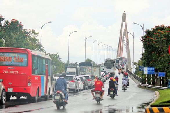 Xếp hàng 2 tiếng đồng hồ chờ qua cầu Rạch Miễu - Ảnh 6.
