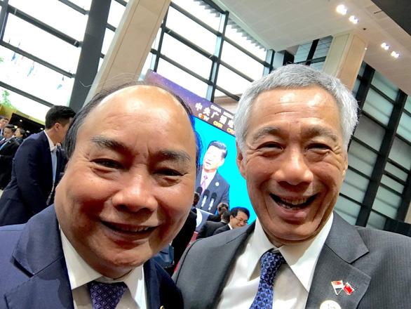 Thủ tướng Singapore, Việt Nam chụp bức ảnh wefie siêu dễ thương - Ảnh 1.