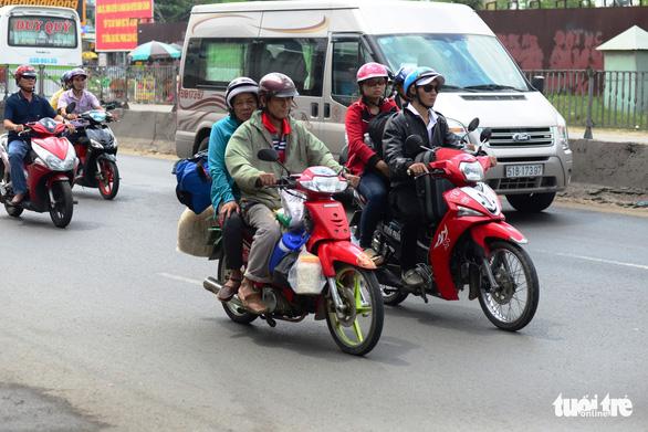 Đi xe máy về quê chơi lễ rất nguy hiểm, sao nhiều người vẫn cứ đi? - Ảnh 1.