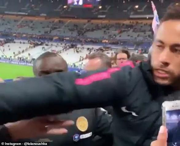 Neymar gây sốc khi đấm khán giả lúc lên nhận huy chương - Ảnh 2.