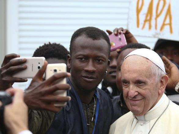 Đức Giáo hoàng tặng nửa triệu đô cho người di cư - Ảnh 2.