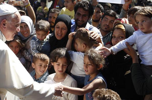 Đức Giáo hoàng tặng nửa triệu đô cho người di cư - Ảnh 1.