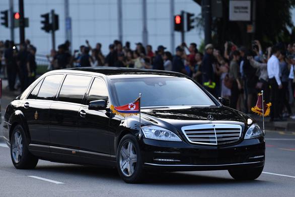 Ông Kim Jong Un xài xe chống đạn, hãng Daimler không biết ở đâu ra - Ảnh 1.