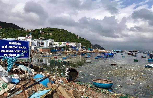 Ngột ngạt những bãi biển rác bao vây tứ bề - Ảnh 1.