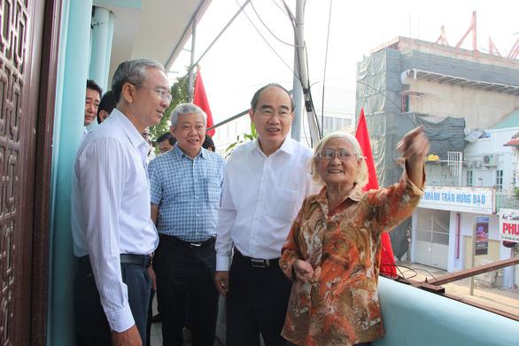 Bí thư Nguyễn Thiện Nhân thăm cán bộ, nhân dân quận 5 - Ảnh 2.