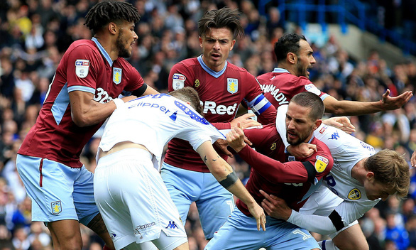 Chơi đẹp, cầu thủ Leeds United đứng yên để đối phương ghi bàn - Ảnh 2.