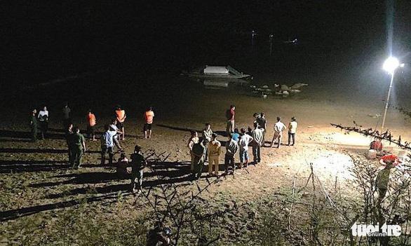Chong đèn tìm 3 em học sinh mất tích trên sông - Ảnh 1.