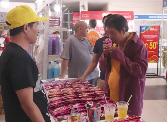 Người nước ngoài ở Việt Nam chia sẻ lý do ưu tiên dùng hàng nội - Ảnh 1.