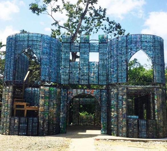Ngôi làng xây từ... chai nhựa bỏ đi - Ảnh 4.