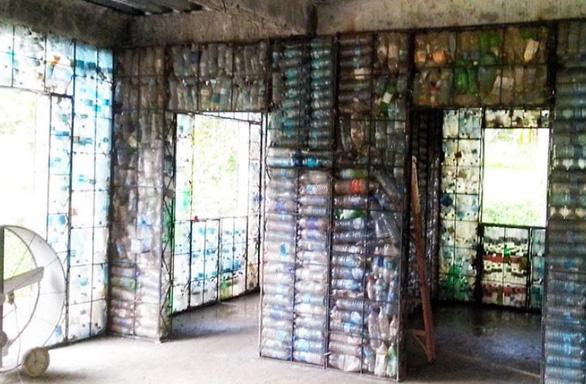 Ngôi làng xây từ... chai nhựa bỏ đi - Ảnh 8.
