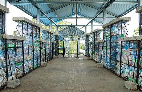 Ngôi làng xây từ... chai nhựa bỏ đi - Ảnh 11.