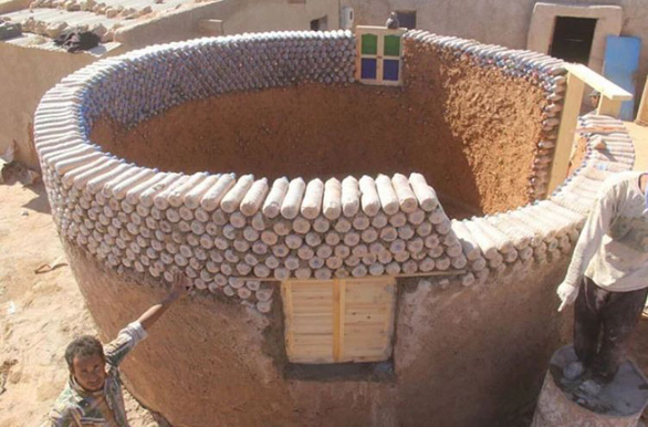 Ngôi làng xây từ... chai nhựa bỏ đi - Ảnh 13.