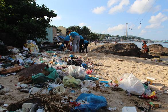 Ngột ngạt những bãi biển rác bao vây tứ bề - Ảnh 2.