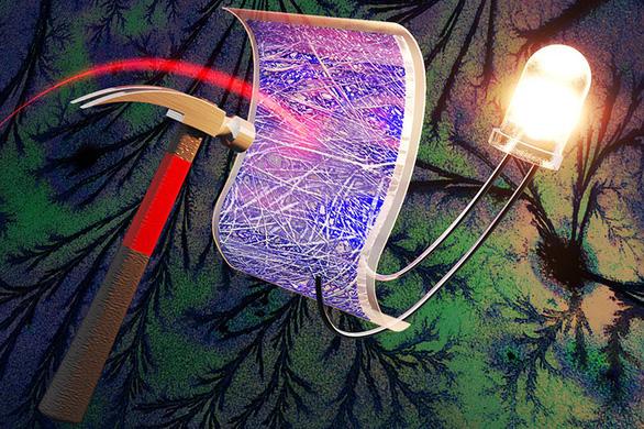 Siêu tụ điện vẫn hoạt động sau 40 lần bị đập bằng búa - Ảnh 1.