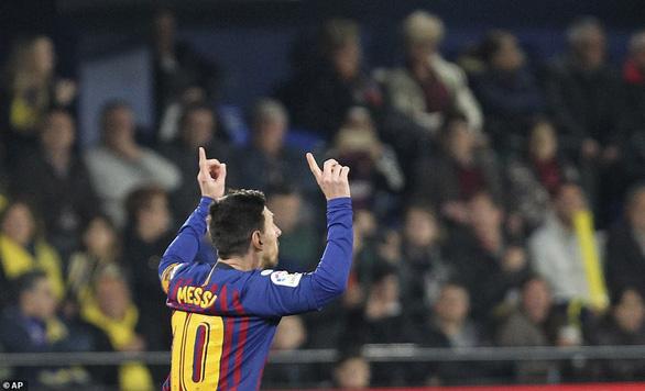 Messi đá phạt đẳng cấp, giải cứu Barcelona ở phút bù giờ - Ảnh 3.