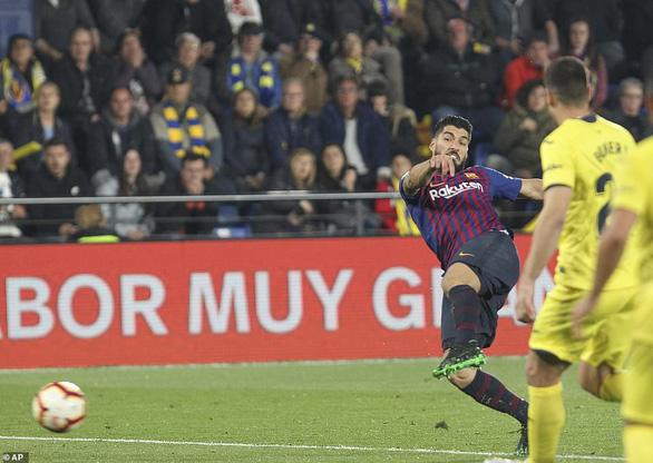 Messi đá phạt đẳng cấp, giải cứu Barcelona ở phút bù giờ - Ảnh 4.