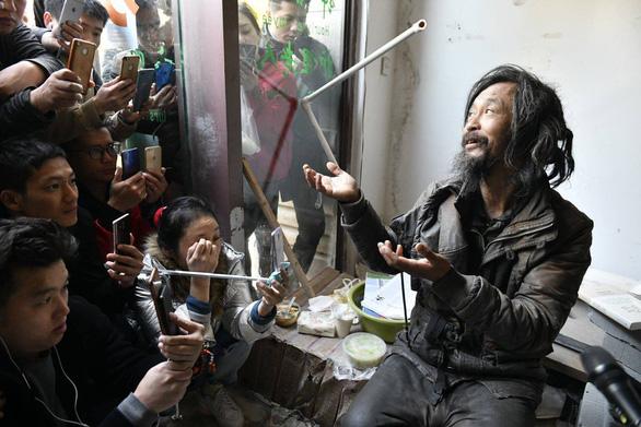 Một người vô gia cư sợ Internet vì quá nổi tiếng trên mạng - Ảnh 3.