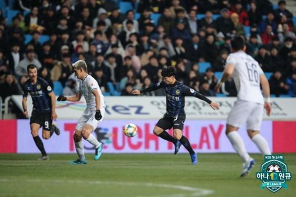 HLV Incheon Utd khen Công Phượng sau trận đá chính đầu tiên - Ảnh 1.