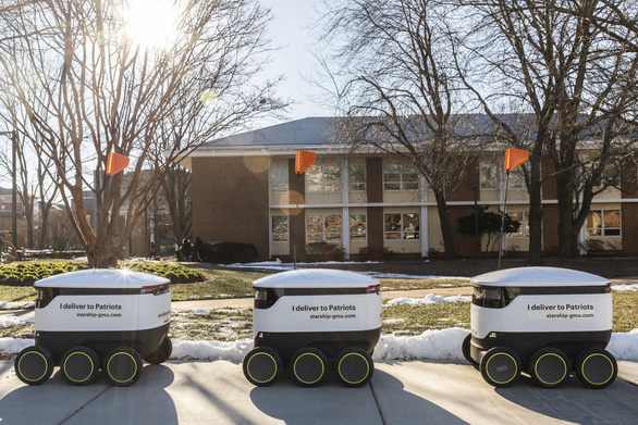 Robot giao thức ăn, nước uống trong khuôn viên đại học Mỹ - Ảnh 1.
