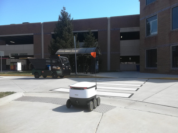 Robot giao thức ăn, nước uống trong khuôn viên đại học Mỹ - Ảnh 3.