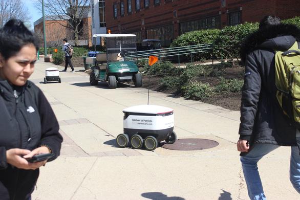 Robot giao thức ăn, nước uống trong khuôn viên đại học Mỹ - Ảnh 5.