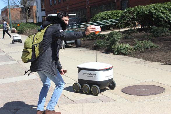 Robot giao thức ăn, nước uống trong khuôn viên đại học Mỹ - Ảnh 2.