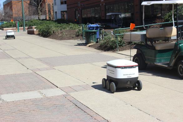 Robot giao thức ăn, nước uống trong khuôn viên đại học Mỹ - Ảnh 4.