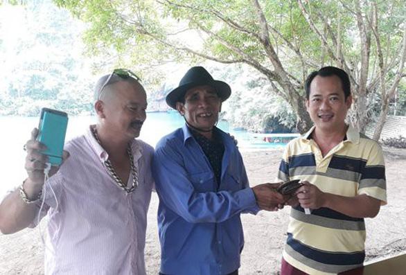 Người chèo thuyền ở Phong Nha trả lại ví cho du khách - Ảnh 1.
