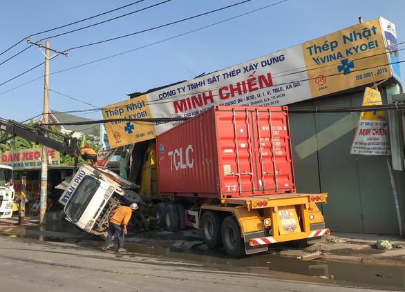 Xe container tông sập nhà dân lúc rạng sáng - Ảnh 2.