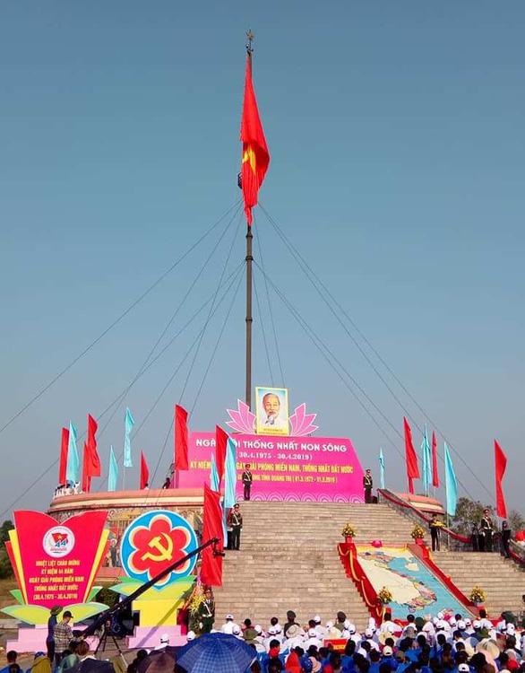 Upper 108m2 flag Day of the & # 39; unification Festival on the banks of the Ben May River - Photo 1.