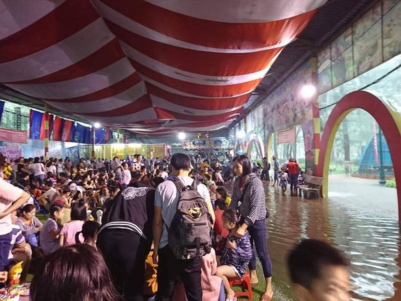 Mưa lớn tại Hà Nội, nhiều tuyến phố ngập sâu - Ảnh 7.