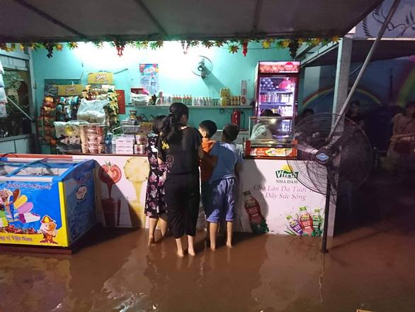 Mưa lớn tại Hà Nội, nhiều tuyến phố ngập sâu - Ảnh 9.