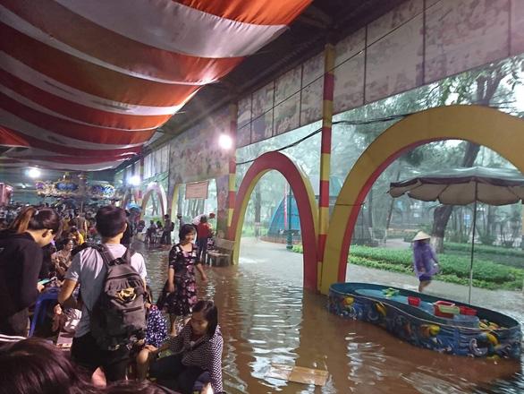 Mưa lớn tại Hà Nội, nhiều tuyến phố ngập sâu - Ảnh 10.