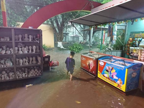 Mưa lớn tại Hà Nội, nhiều tuyến phố ngập sâu - Ảnh 8.
