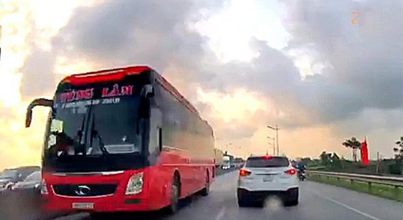 Phạt 1 triệu đồng, tước giấy phép tài xế đi ngược chiều trên quốc lộ 1 - Ảnh 1.
