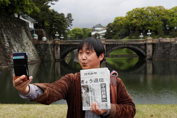 Lừa đảo ép bán cờ dịp Nhật hoàng thoái vị - Ảnh 2.