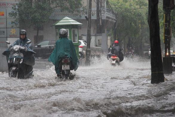 Mưa lớn tại Hà Nội, nhiều tuyến phố ngập sâu - Ảnh 1.