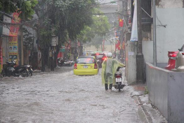 Mưa lớn tại Hà Nội, nhiều tuyến phố ngập sâu - Ảnh 3.
