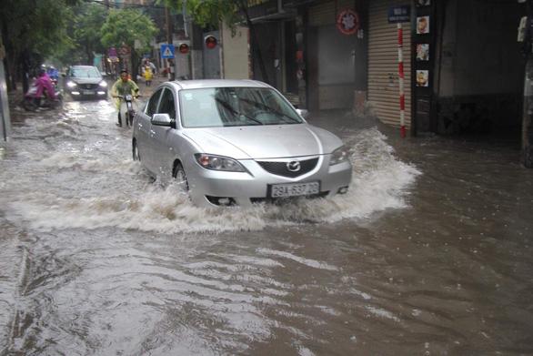 Mưa lớn tại Hà Nội, nhiều tuyến phố ngập sâu - Ảnh 4.