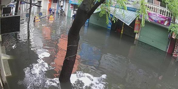 Mưa lớn tại Hà Nội, nhiều tuyến phố ngập sâu - Ảnh 5.