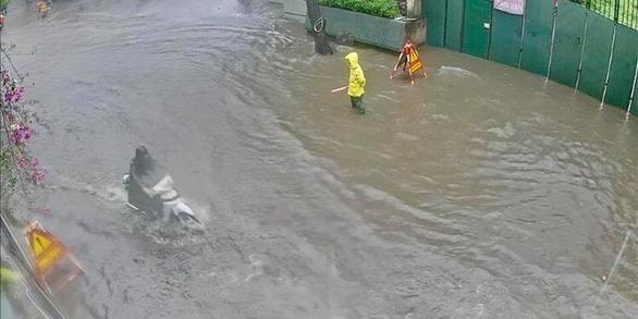 Mưa lớn tại Hà Nội, nhiều tuyến phố ngập sâu - Ảnh 6.