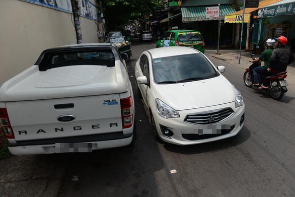 Ôtô, xe khách đậu loạn xạ ở trung tâm TP.HCM - Ảnh 1.