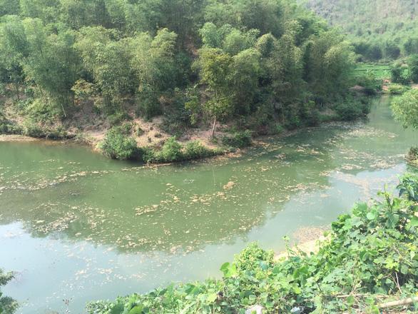 Bắt quả tang nhà máy giấy Hapaco Đông Bắc xả thải trộm ra sông Mã - Ảnh 1.