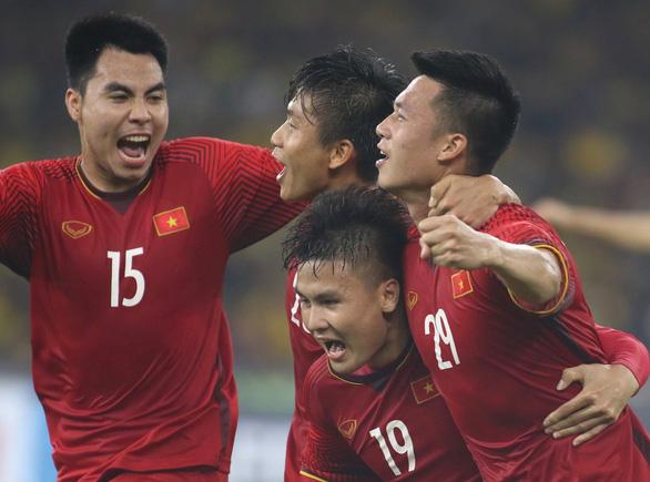 Bóng đá Việt Nam trở lại hạng 98 thế giới - Ảnh 1.