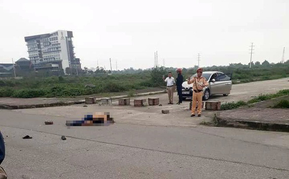 Một trung tá CSGT bị giáng cấp vì đứng nhìn cô gái bị đâm giữa phố - Ảnh 1.
