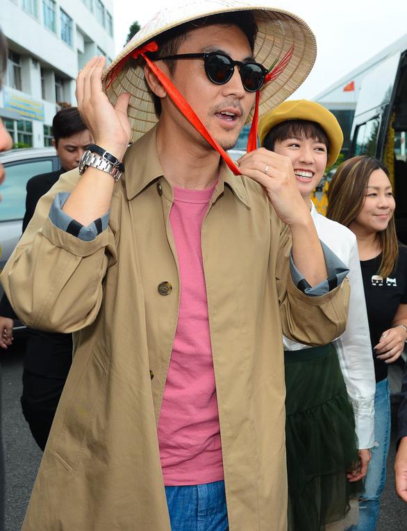 Bao Thanh Thiên trẻ thích thú với nón lá Việt Nam - Ảnh 2.