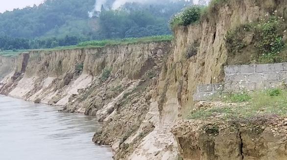 Dân dựng lều trước cổng trụ sở xã vì cho rằng khai thác cát làm mất đất - Ảnh 2.