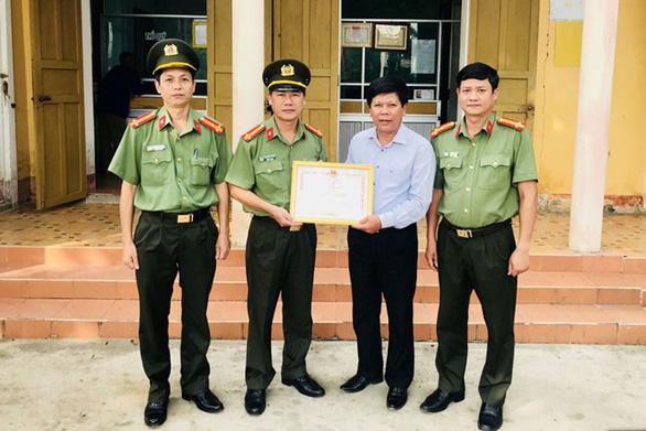 Được Bộ Công an khen thưởng vì dũng cảm quật ngã tên cướp có súng - Ảnh 1.